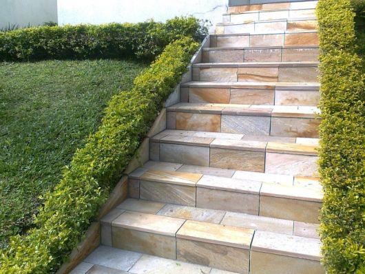 escada-externa-de-pedra-em-casa