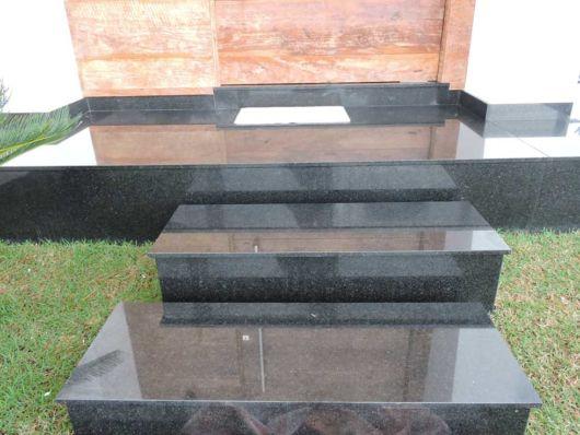 escada-externa-em-granito-preto