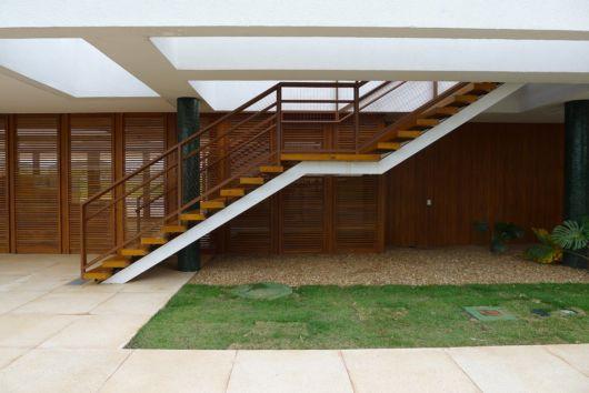 escada-externa-vazada-de-madeira