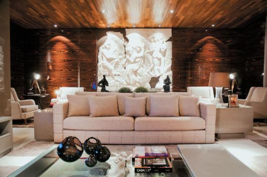 sala com parede madeira