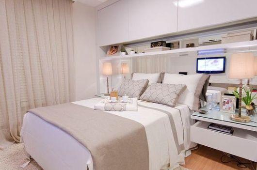 armário em cima da cama