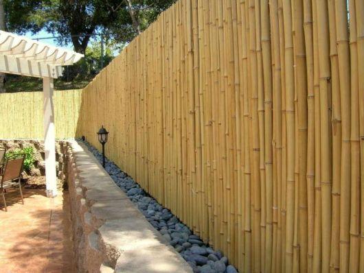 cerca para jardim alta : cerca para jardim alta:Cerca para jardim em um jardim grande e moderno, toda fechada e bem