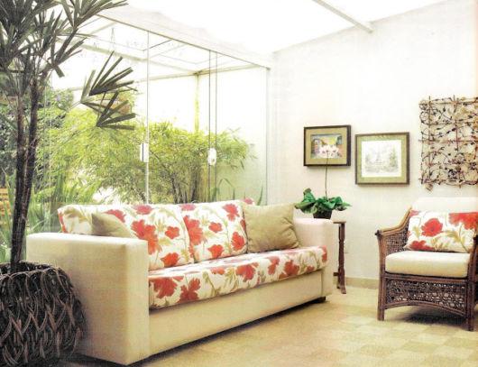 jardim-de-inverno-na-sala-com-porta-de-vidro-com-luz-natural