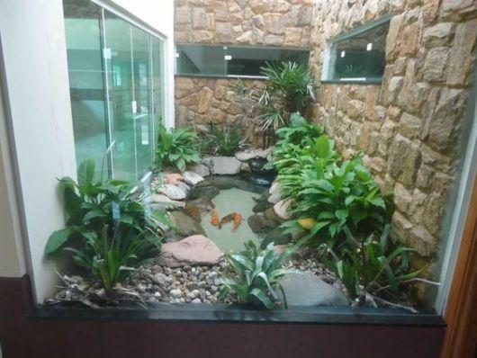 jardim-de-inverno-na-sala-com-porta-de-vidro-e-lago