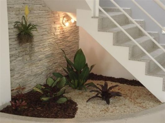 jardim-de-inverno-na-sala-escada-simples