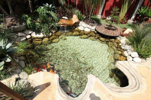 lago decorado pedras