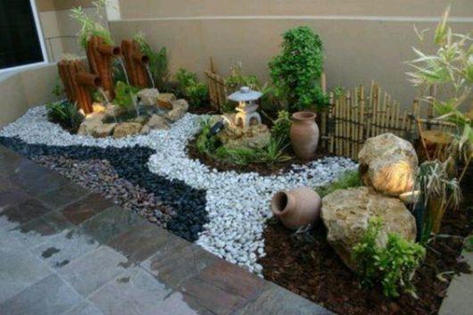jardim com pedras e lago