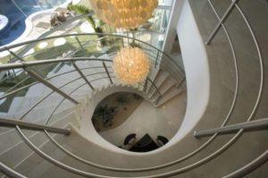 fotos de lustre para escada