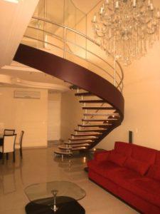 decorar com lustre para escada