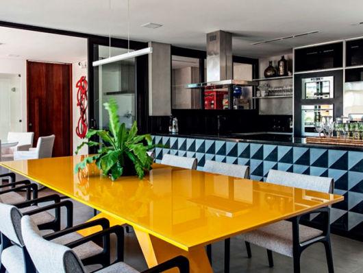 móveis laqueados na cozinha mesa colorida