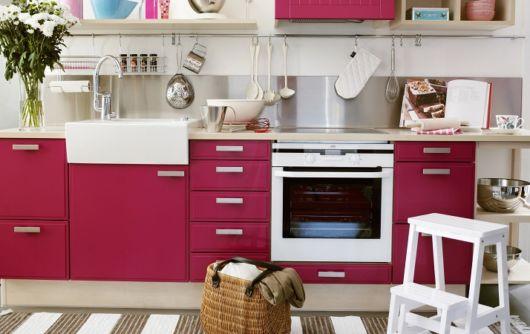 móveis laqueados na cozinha rosa