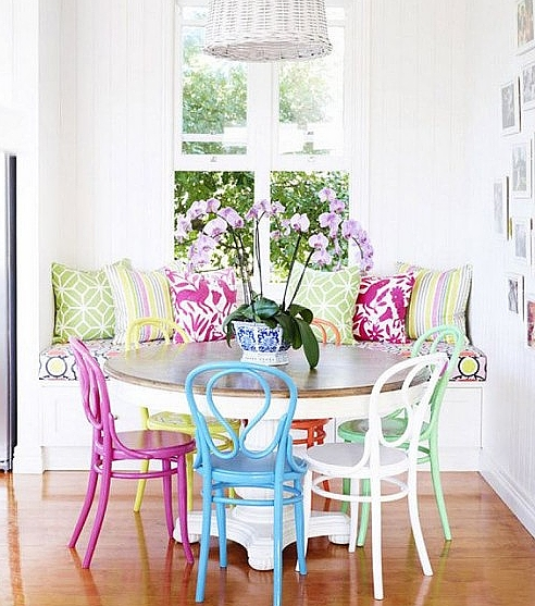 móveis laqueados na mesa de jantar cadeiras