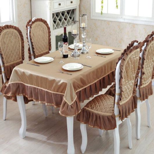 mesa posta com toalha de couro