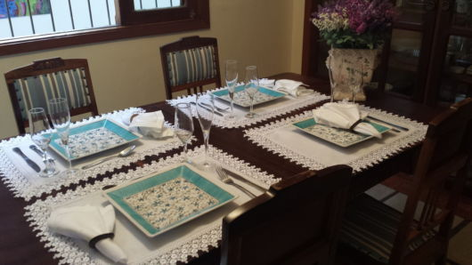 mesa posta pratos quadrados