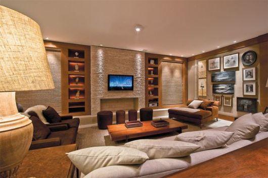 sala de TV com pedras
