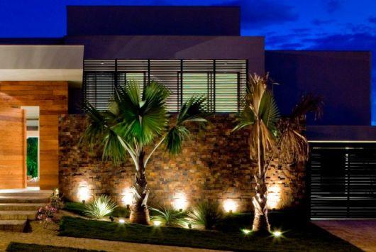 fachada com jardim