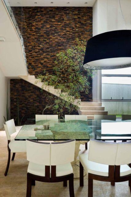 sala de jantar com escada