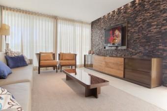 sala de TV com pedra decorativa