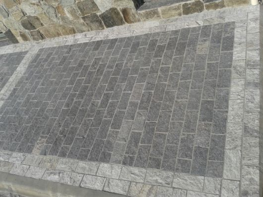 calçada pedra cinza