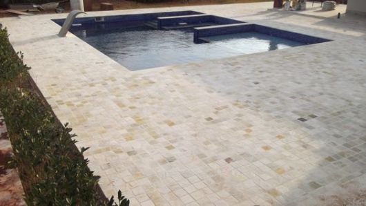 piso pedra piscina