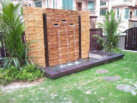 Um lindo chafariz rústico instalado no jardim