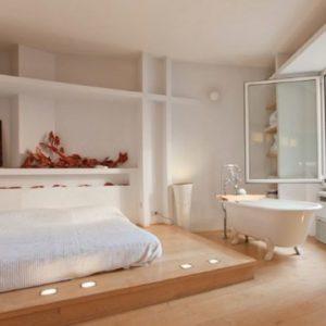 quarto com banheira integrada com iluminação pontual