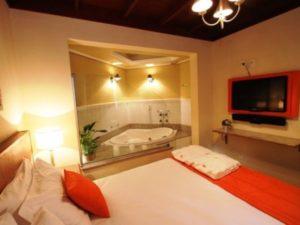 quarto com banheira integrada com espaço separado