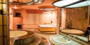 quarto com banheira integrada com hidro e iluminação