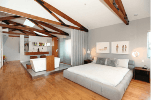 quarto com banheira integrada branco com madeira