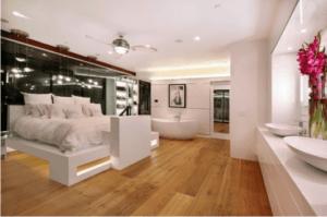 quarto com banheira integrada com piso de madeira