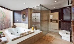 quarto com banheira integrada com hidromassagem branca