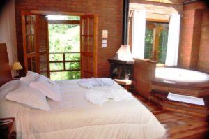 quarto com banheira integrada com ofurô em madeira