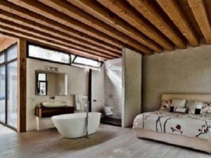 quarto com banheira integrada com teto de madeira