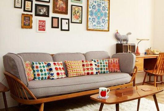 sofa-com-almofadas-coloridas