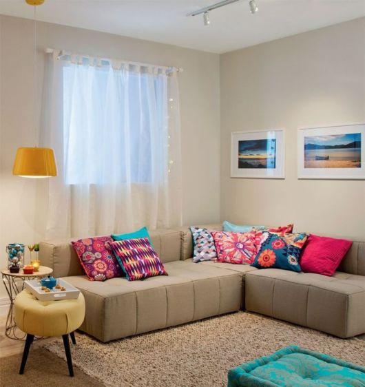 sofa-neutro-almofadas-coloridas