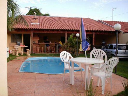 area-de-lazer-com-piscina-com-churrasqueira-2