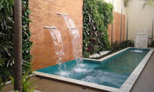 area-de-lazer-com-piscina-e-jardim-vertical-4