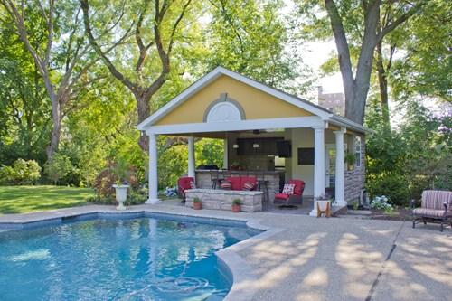 area-de-lazer-com-piscina-simples-e-pequena-1