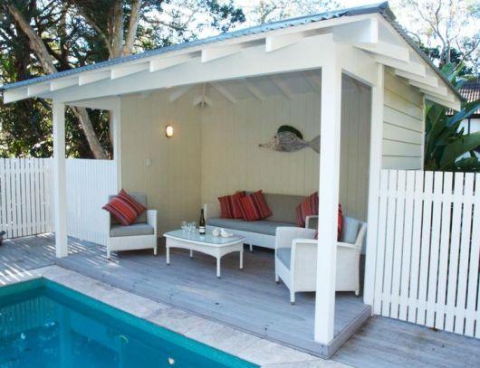 area-de-lazer-com-piscina-simples-e-pequena