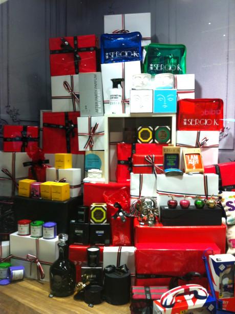 vitrine-de-natal-com-presentes-criativa