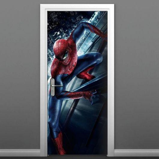 Homem Aranha pendurado parede