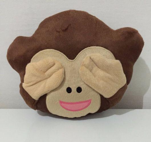 modelo de macaco com olhos tapados