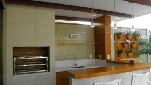 balcao-para-churrasqueira-madeira-moderna
