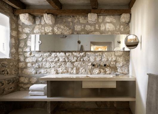 banheiro-rustico-com-pedra-aparente