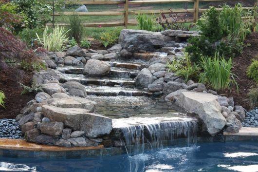 cascata-para-piscina-de-pedra-rustica