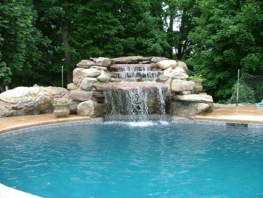 cascata-para-piscina-de-pedra