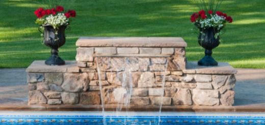 cascata-para-piscina-de-pedras-rusticas