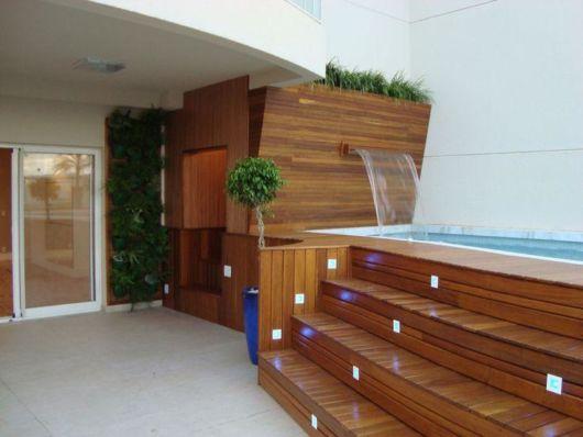 cascata-para-piscina-madeira
