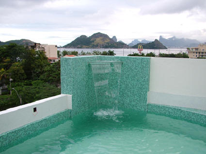 cascata-para-piscina-vidro-ideias