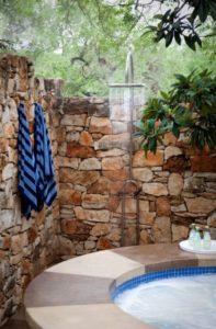 chuveiro para piscina ao lado da piscina